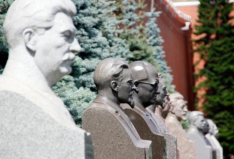 кремлевской памятники фото в стене